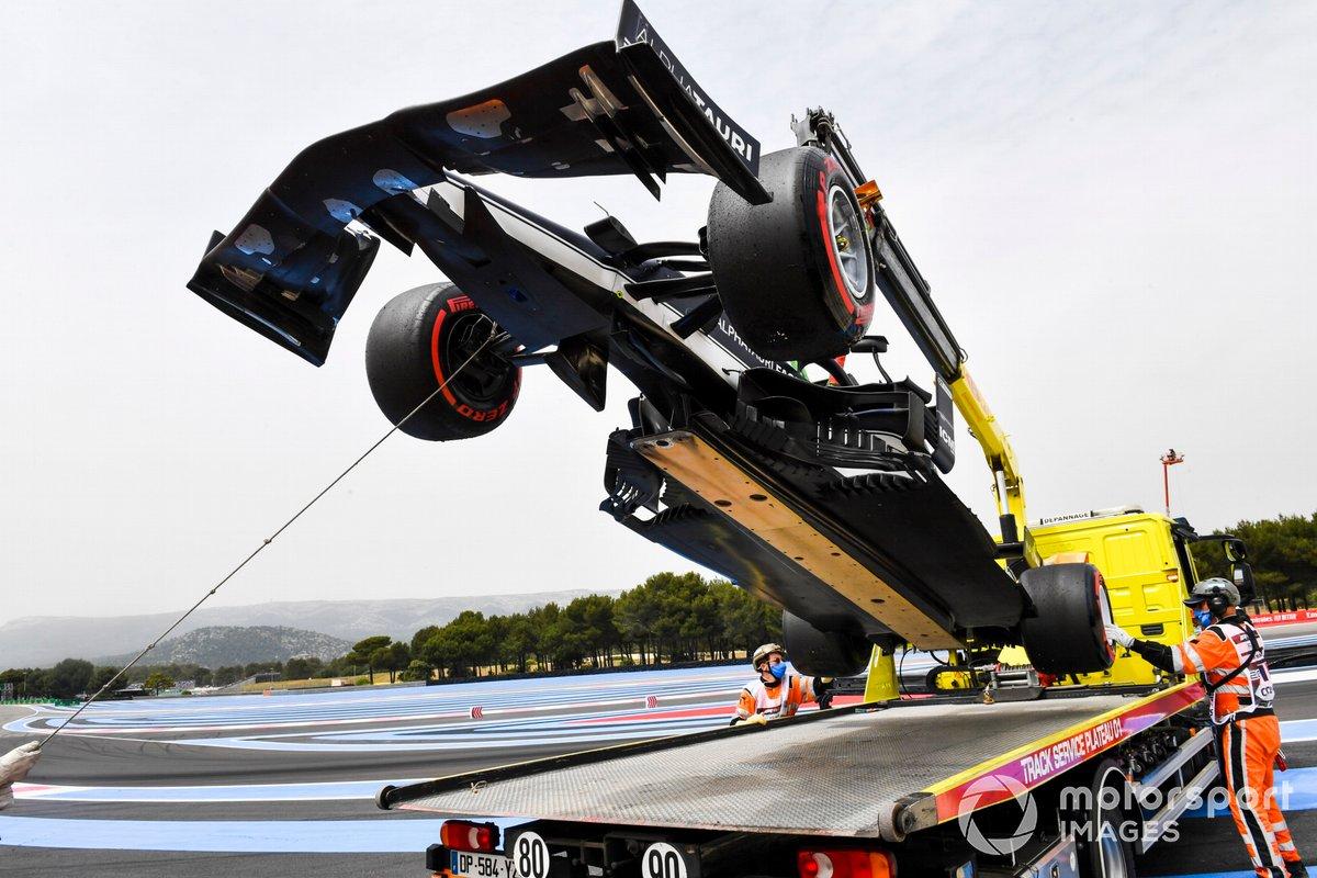 El coche dañado de Yuki Tsunoda, AlphaTauri AT02, es retirado