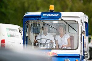 Karun Chandock e Natalie Pinkham guidano un Bullman milkfloat