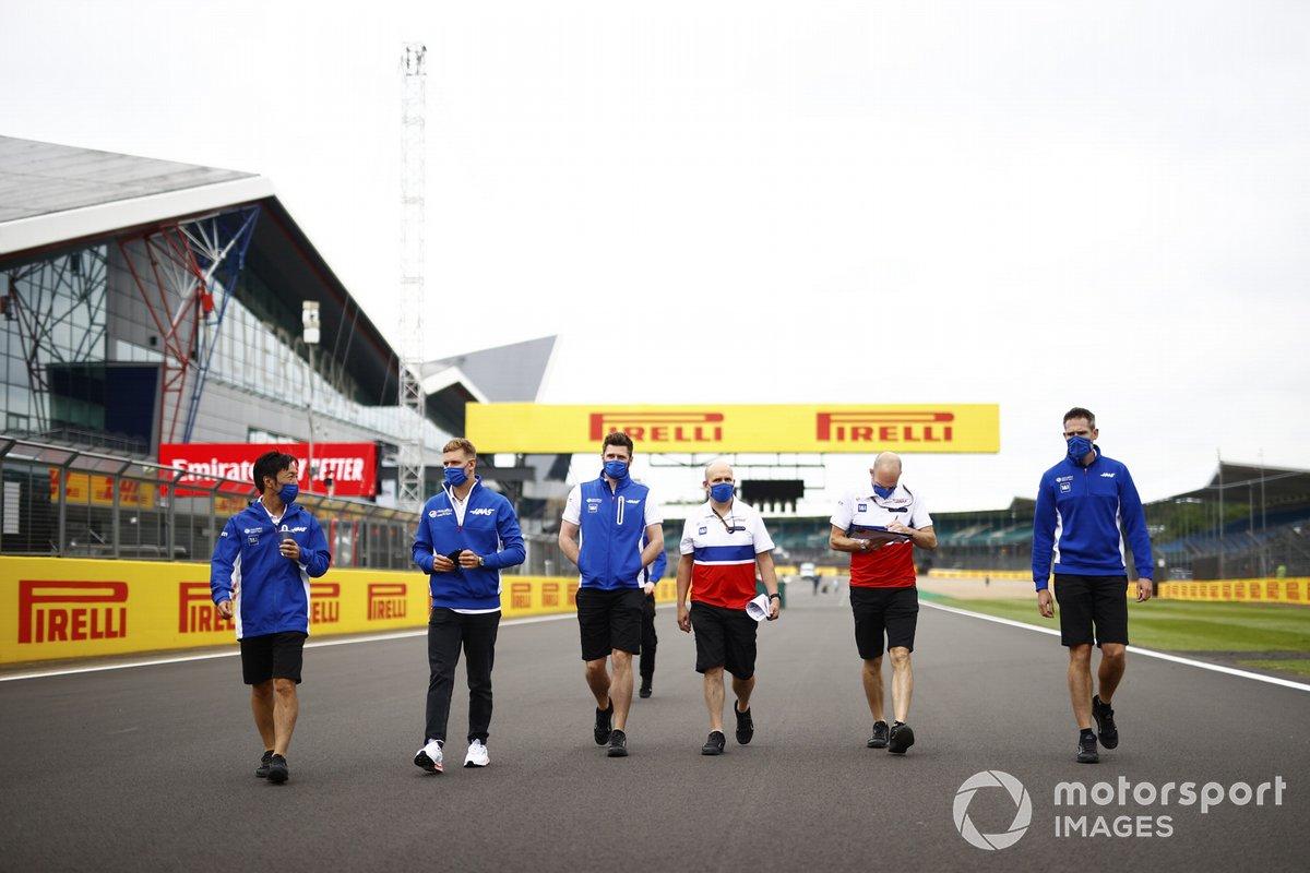 Mick Schumacher, Haas F1 y Komatsu Ayao, ingeniero jefe de carrera de Haas Chief