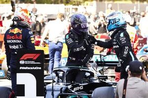 Max Verstappen, Red Bull Racing, en Valtteri Bottas, Mercedes, feliciteren Lewis Hamilton, Mercedes, met zijn honderdste pole-position