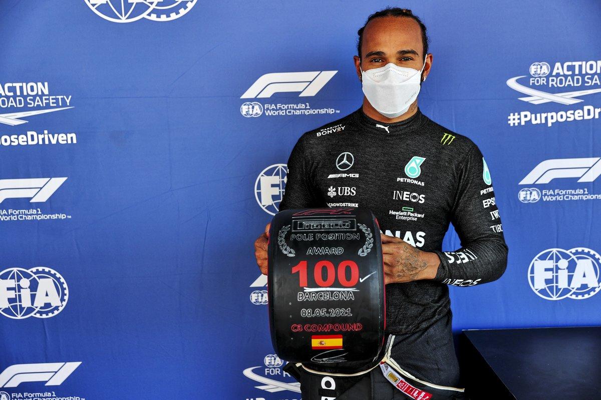 Ganador de la pole position 100 Lewis Hamilton, de Mercedes, con el premio Pirelli