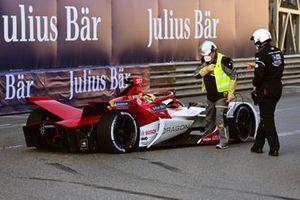 Marshals assist Sergio Sette Camara, Dragon Penske Autosport, Penske EV-5, after stopping on track