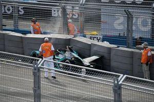 Los oficiales de pista asisten después de que Sam Bird, Jaguar Racing, Jaguar I-TYPE 5 chocara