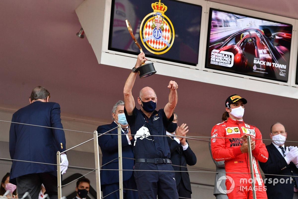 Adrian Newey, Director Técnico de Red Bull Racing, con el trofeo de Constructores