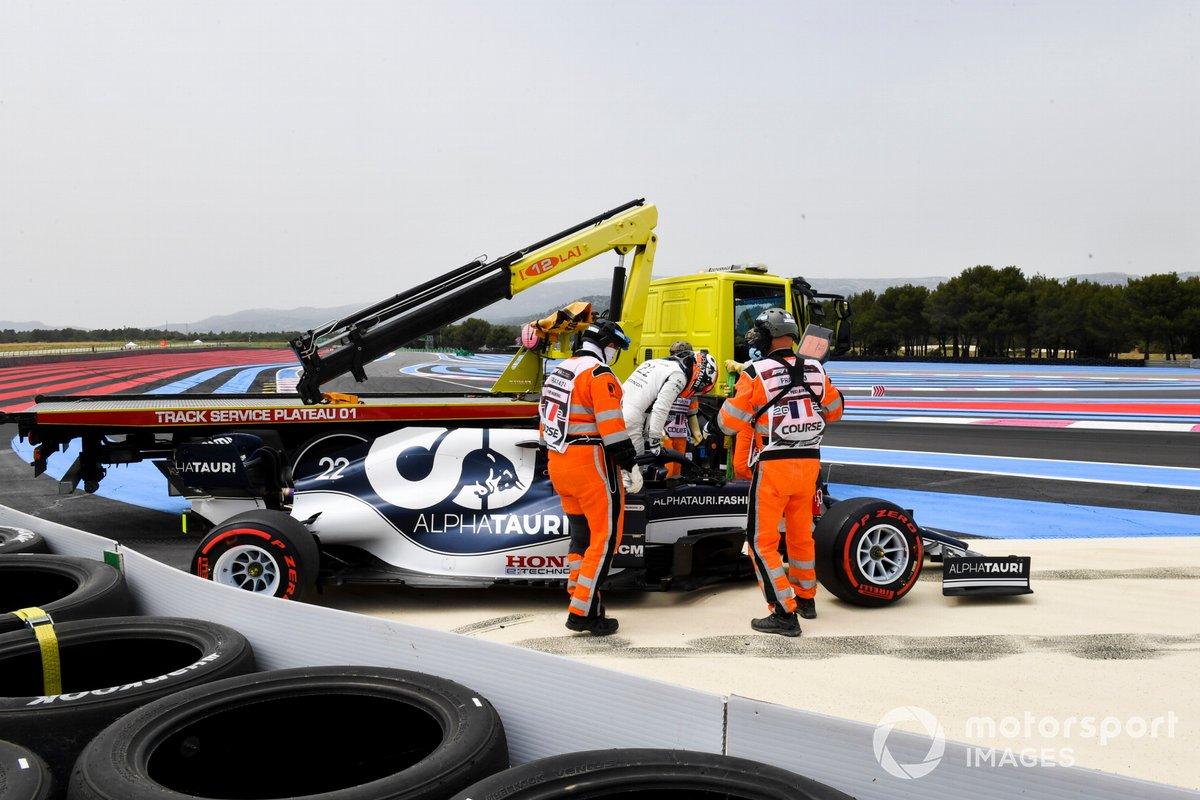 Yuki Tsunoda, AlphaTauri AT02, es asistido por los comisarios de pista tras estrellarse en la Q1