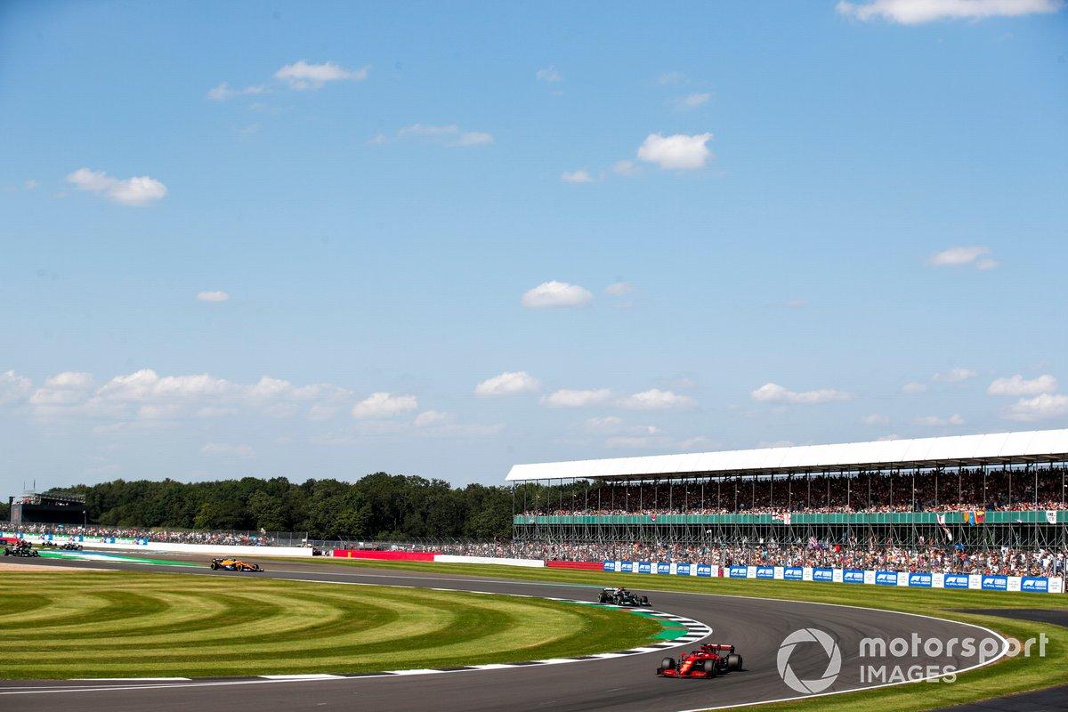 Charles Leclerc, Ferrari SF21, Lewis Hamilton, Mercedes W12, e Lando Norris, McLaren MCL35M