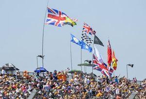 Fans met vlaggen op de tribune