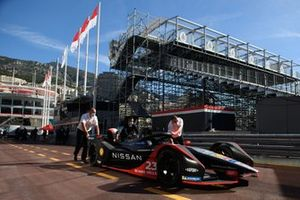 Mechanics push the car of Sebastien Buemi, Nissan e.dams, Nissan IMO2