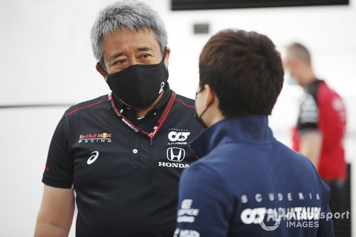 Yuki Tsunoda, AlphaTauri AT02 y Masashi Yamamoto, General Manager, Honda Motorsport