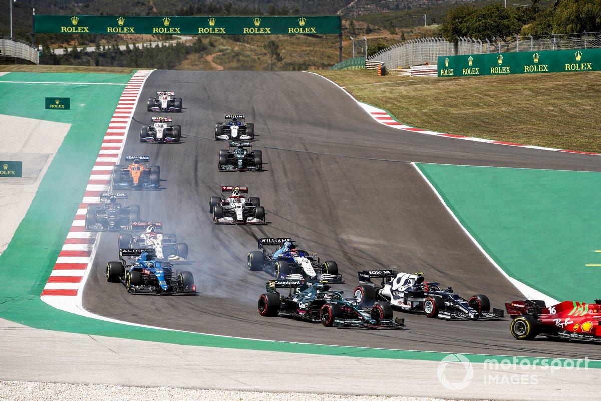 Charles Leclerc, Ferrari SF21, Pierre Gasly, AlphaTauri AT02, Sebastian Vettel, Aston Martin AMR21, George Russell, Williams FW43B, Fernando Alonso, Alpine A521, al inicio
