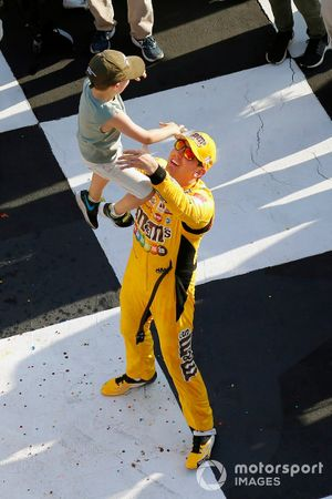 1. Kyle Busch, Joe Gibbs Racing, mit Sohn Brexton