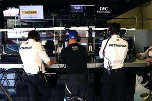 Valtteri Bottas, Mercedes, with engineers