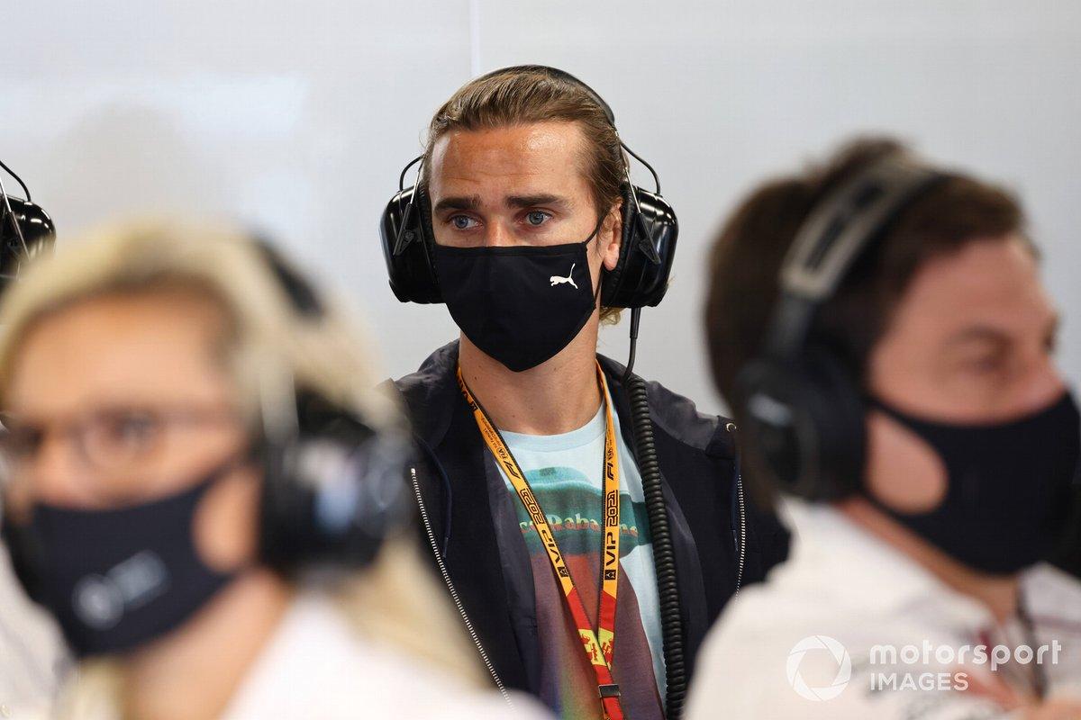 Antoine Griezmann, jugador de fútbol en el garaje de Mercedes