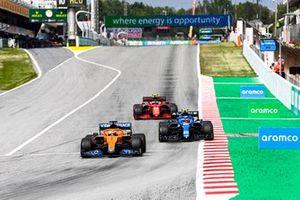 Daniel Ricciardo, McLaren MCL35M, Esteban Ocon, Alpine A521 et Carlos Sainz Jr., Ferrari SF21
