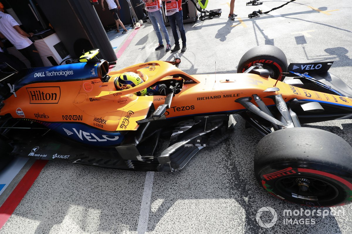 Lando Norris, McLaren MCL35M, esce dal garage