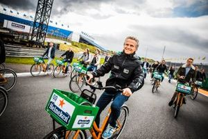 Jan Lammers on a bicycle at Circuit Zandvoort