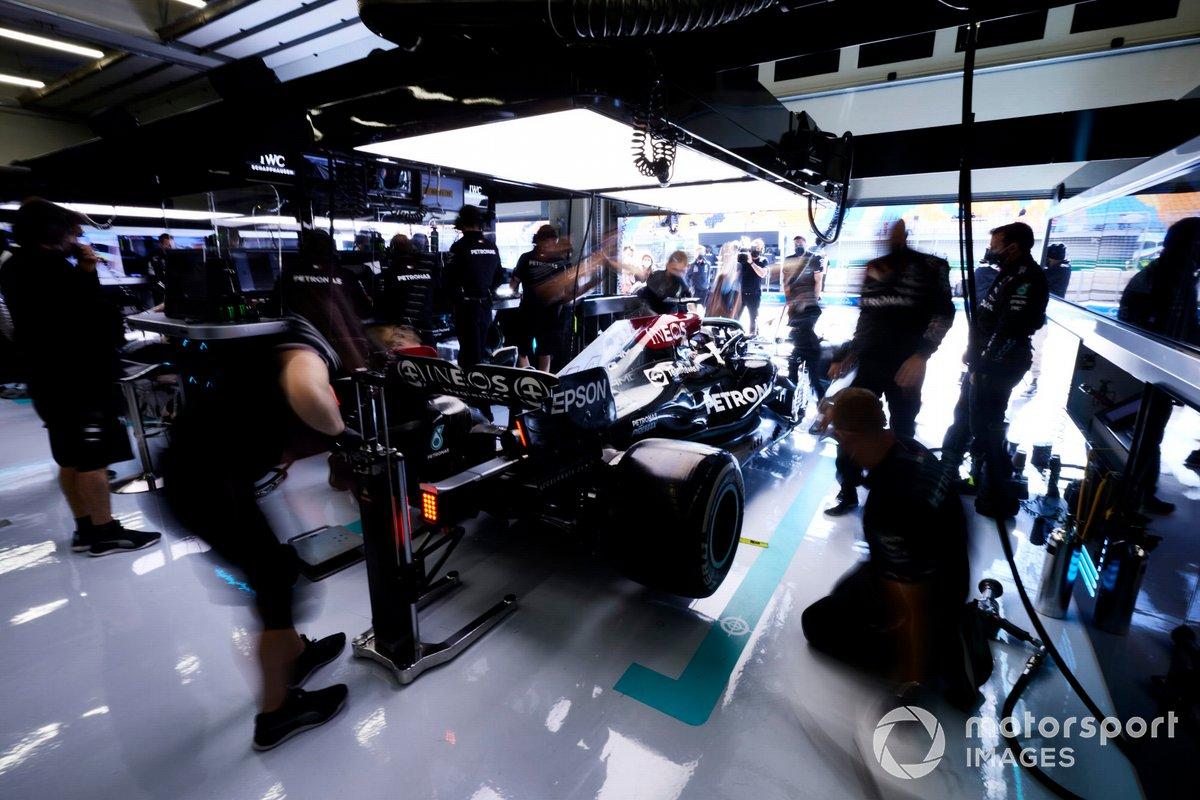 Lewis Hamilton, Mercedes W12, en el garaje