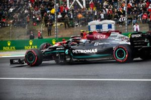 Valtteri Bottas, Mercedes W12, passes and narrowly avoids a recovering Carlos Sainz Jr., Ferrari SF21