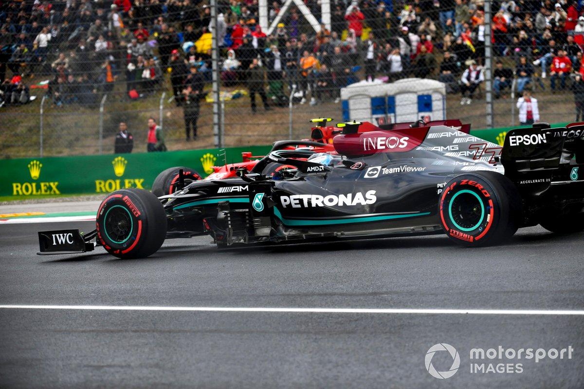 Valtteri Bottas, Mercedes W12, pasa y evita por poco a un Carlos Sainz Jr., Ferrari SF21, que hizo un trompo