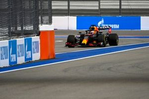 Max Verstappen, Red Bull Racing RB16B, entra a pits