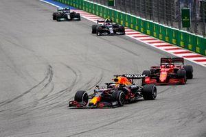 Max Verstappen, Red Bull Racing RB16B, Charles Leclerc, Ferrari SF21, en Pierre Gasly, AlphaTauri AT02