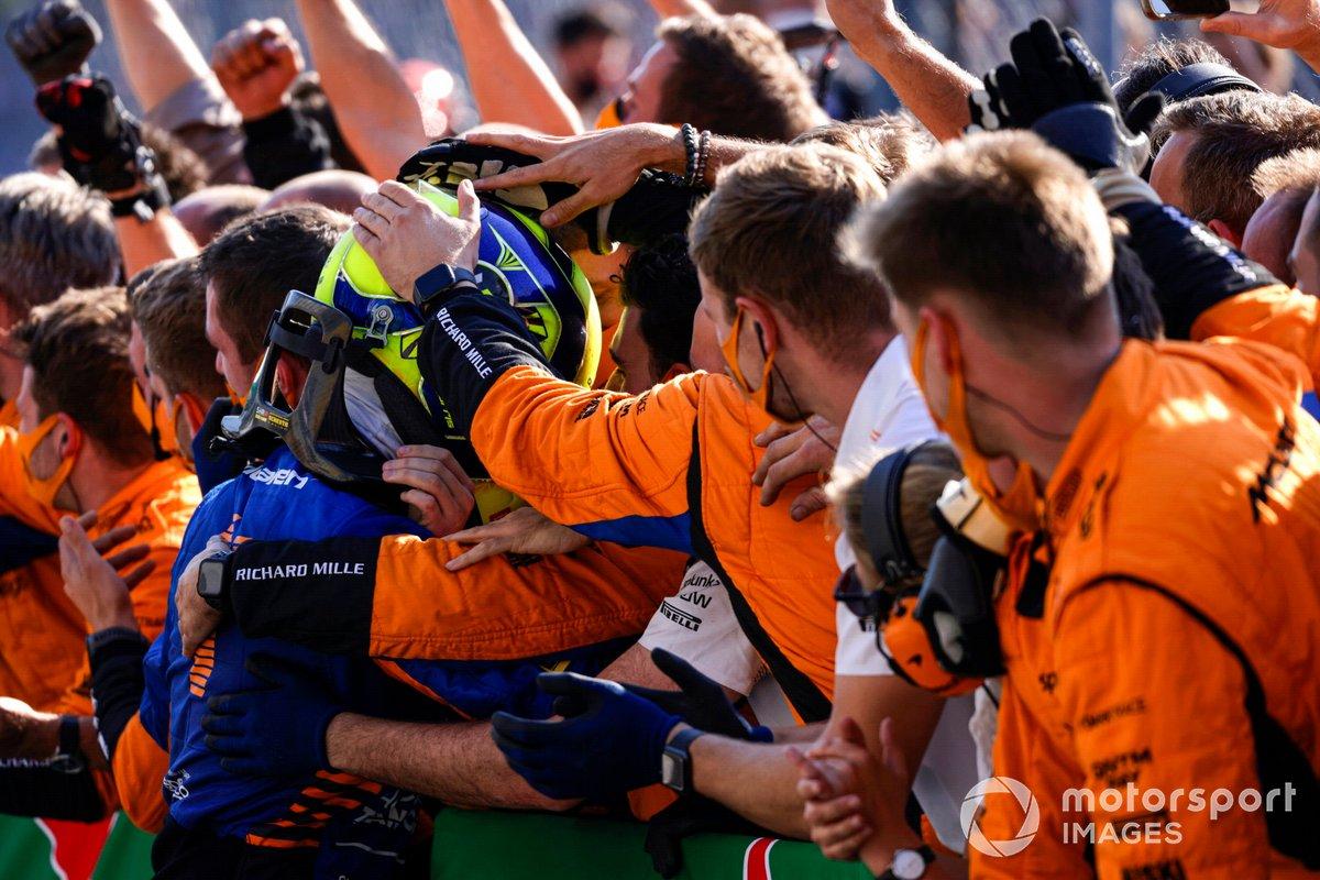 Lando Norris, McLaren, 2a posizione, festeggia con la sua squadra nel Parc Ferme