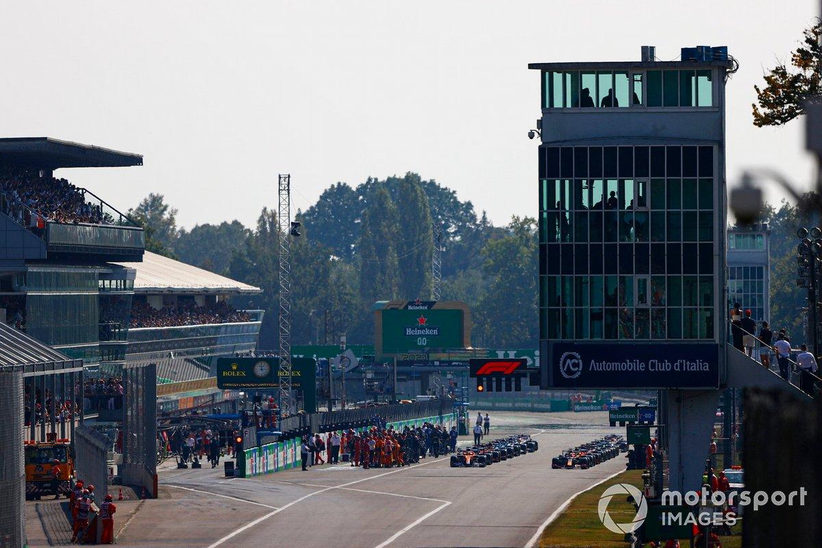Max Verstappen, Red Bull Racing RB16B, y Daniel Ricciardo, McLaren MCL35M, se preparan para liderar la salida