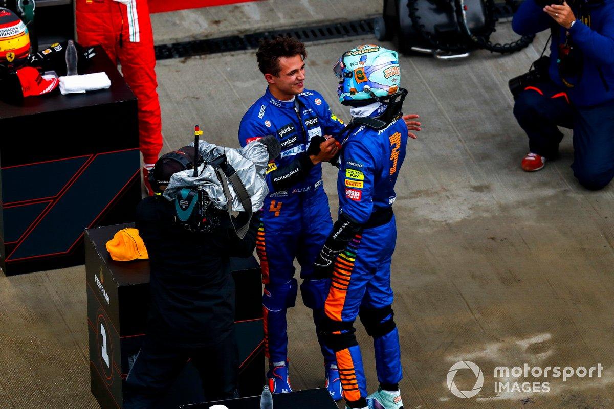 Daniel Ricciardo, McLaren, si congratula con il suo compagno di squadra Lando Norris, McLaren, per aver ottenuto la pole