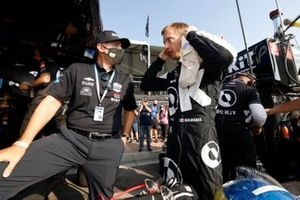 Sebastien Bourdais, A.J. Foyt Enterprises Chevrolet, et un membre de son équipe
