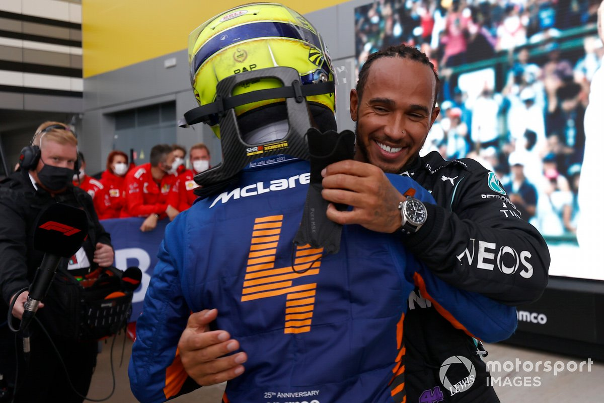 Lando Norris, McLaren, si congratula con Lewis Hamilton, Mercedes, 1a posizione, nel Parc Ferme