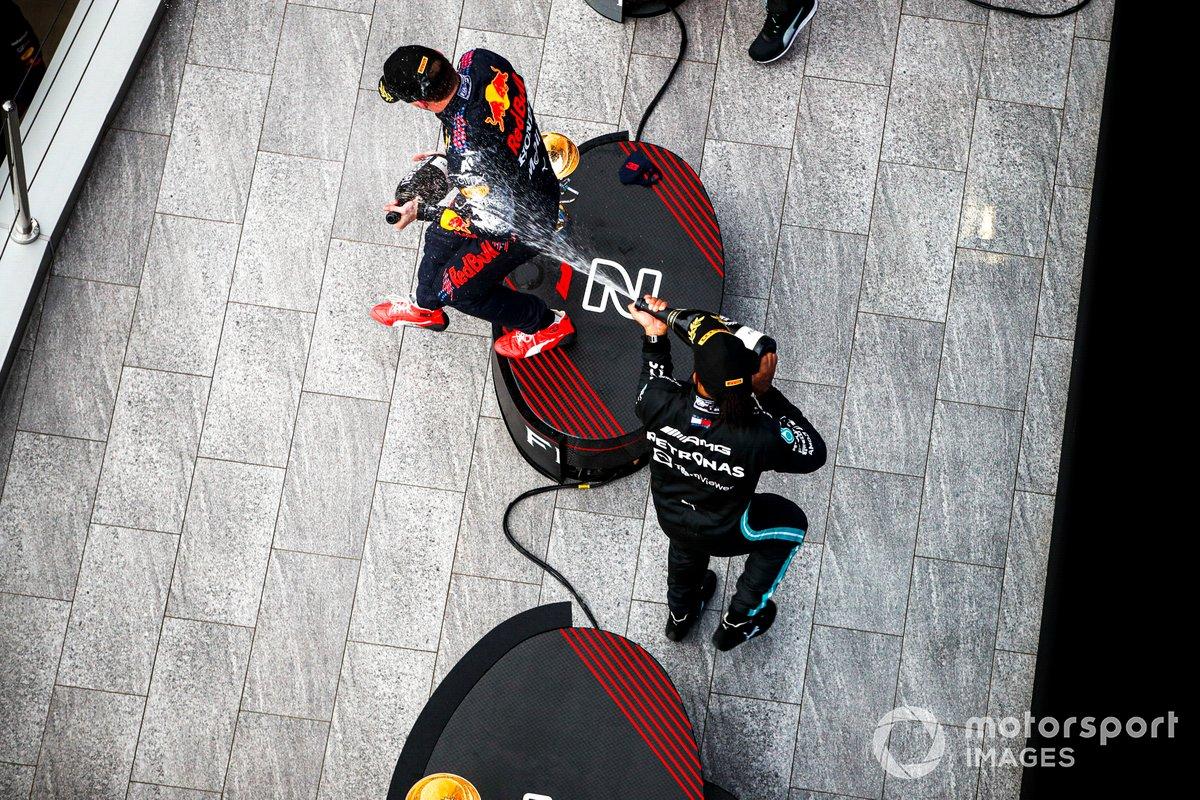 Lewis Hamilton, Mercedes, 1a posizione, spruzza Max Verstappen, Red Bull Racing, 2a posizione, con Champagne