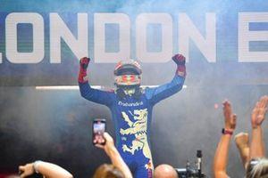 Le vainqueur Alex Lynn, Mahindra Racing, fête en arrivant dans le parc fermé