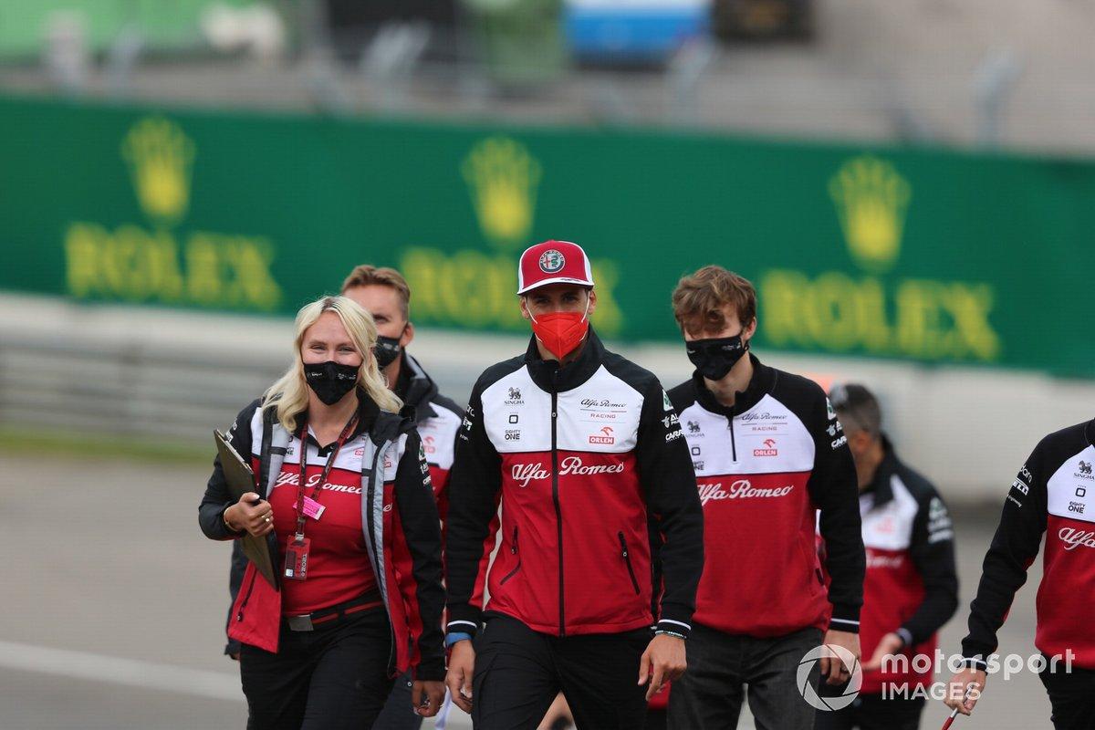 Antonio Giovinazzi, Alfa Romeo Racing, recorre la pista con miembros de su equipo
