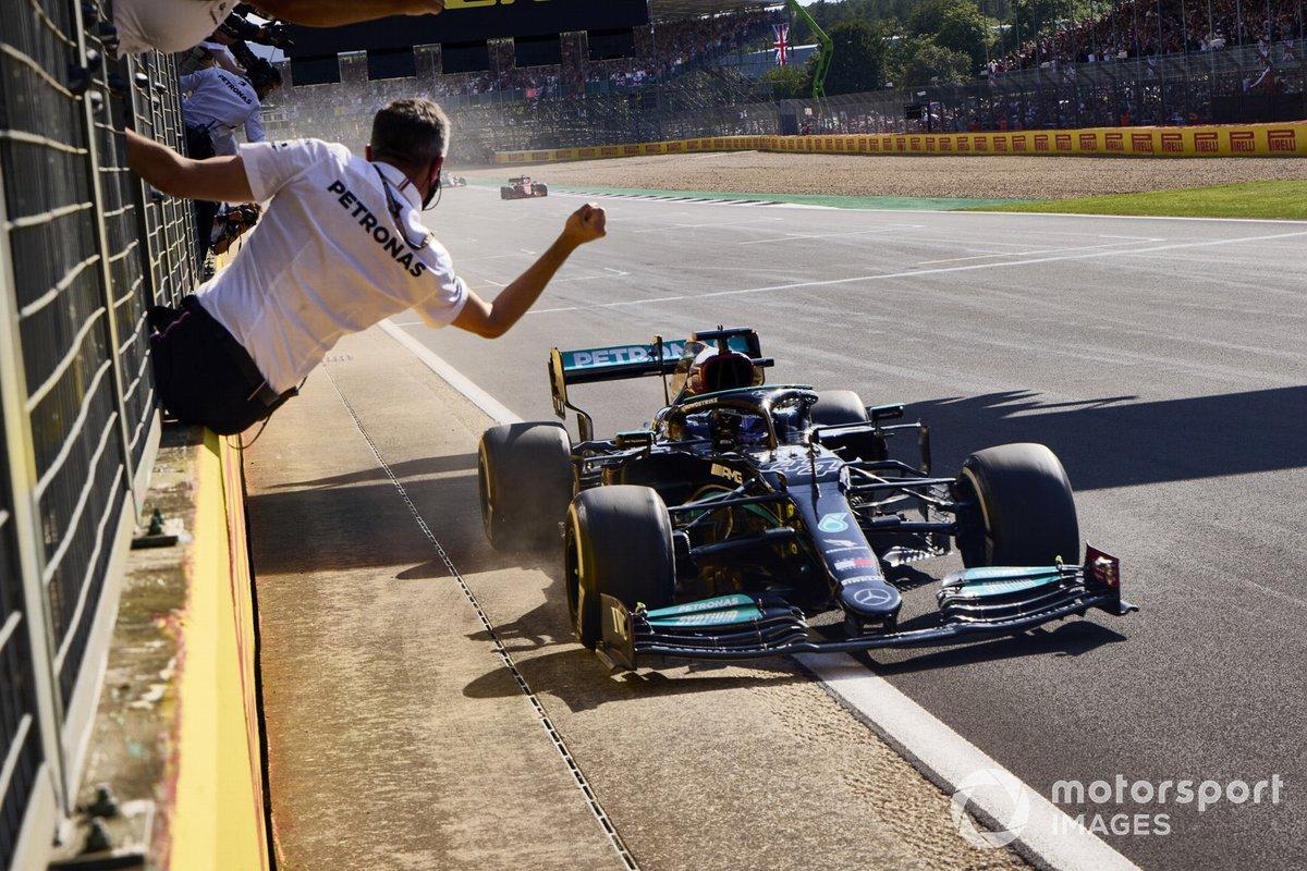 Ganador Lewis Hamilton, Mercedes W12 cruza la meta