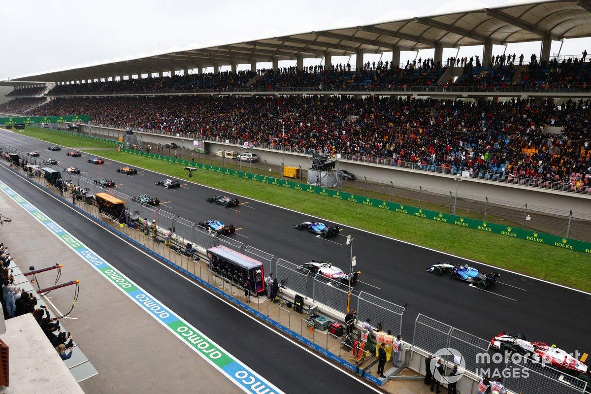 Los pilotos se alejan para el inicio de la carrera