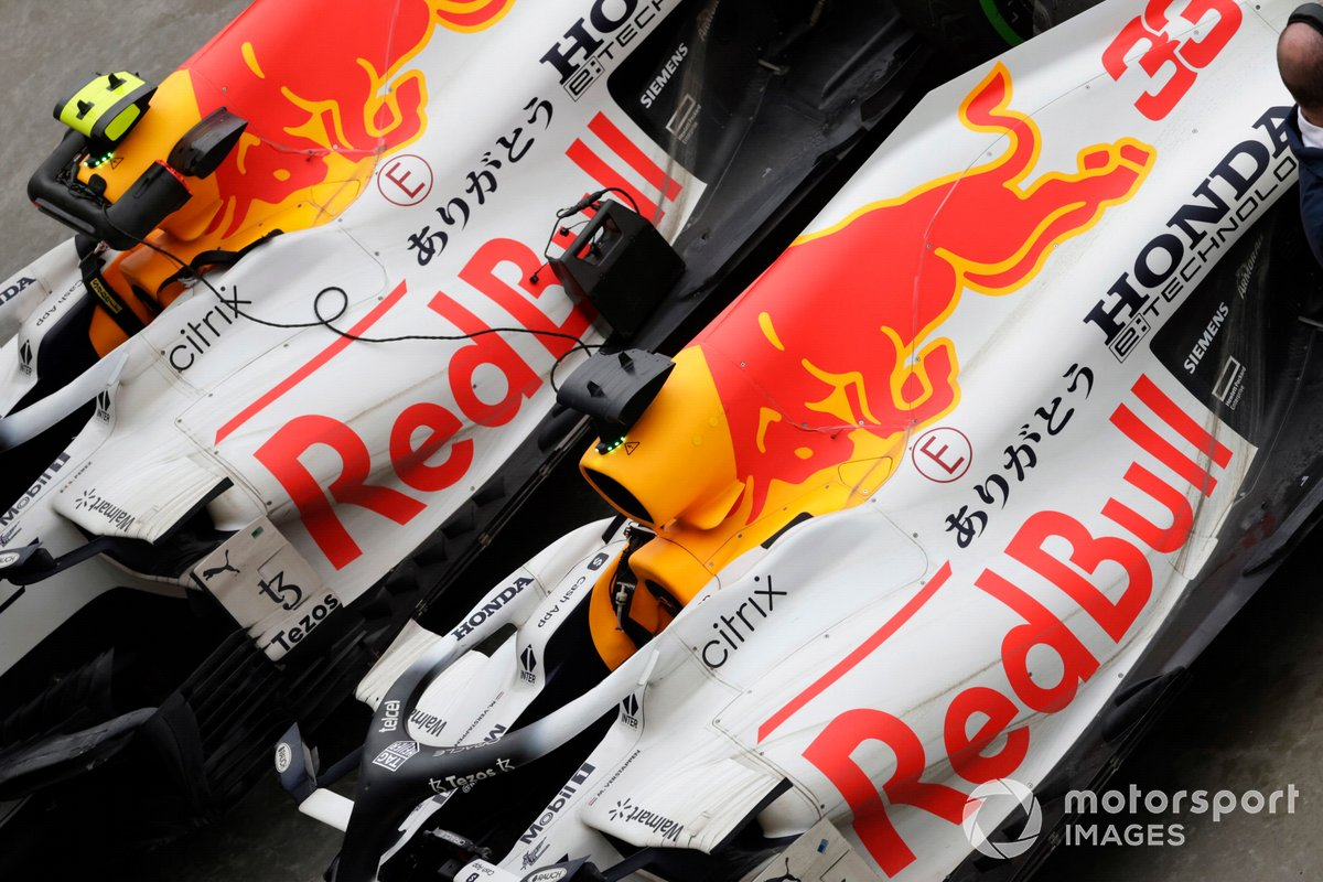 Los coches de Max Verstappen, Red Bull Racing RB16B, 2ª posición, y Sergio Pérez, Red Bull Racing RB16B, 3ª posición, en Parc Ferme