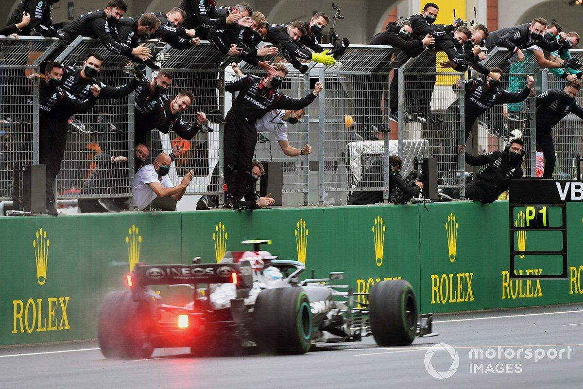 Ganador Valtteri Bottas, Mercedes W12 cruza la meta