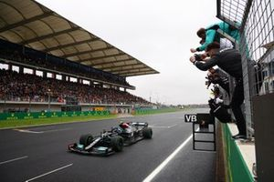 The Mercedes team cheer as Valtteri Bottas, Mercedes W12, 1st position, takes victory