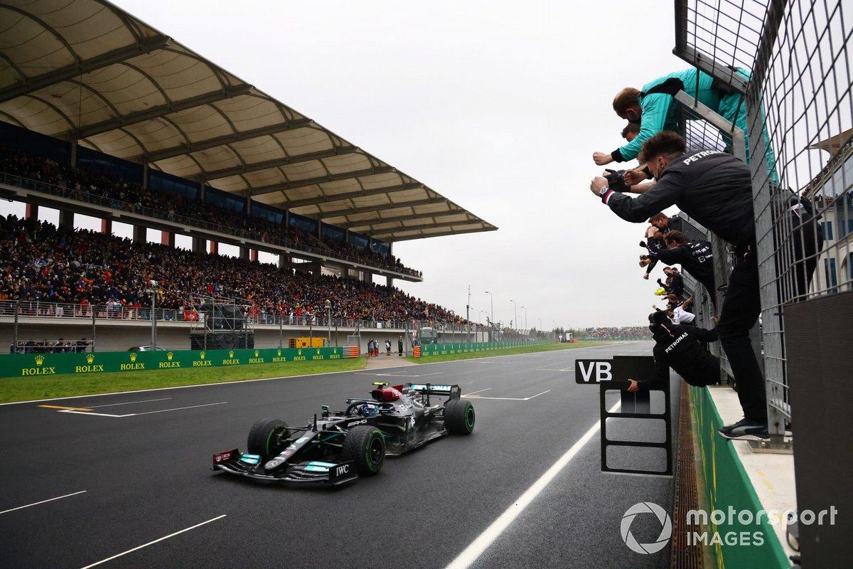 El equipo Mercedes anima mientras Valtteri Bottas, Mercedes W12, 1ª posición, consigue la victoria