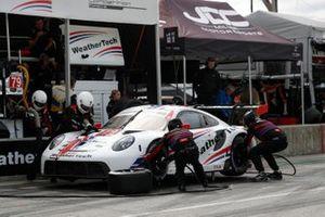 #79: WeatherTech Racing Porsche 911 RSR - 19, GTLM: Cooper MacNeil, Kevin Estre pit stop