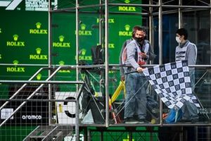 The chequered flag is waved at the end of Qualifying