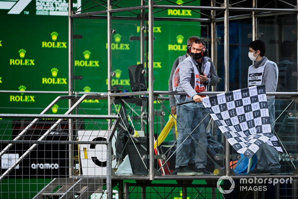 La bandera a cuadros ondea al final de la clasificación