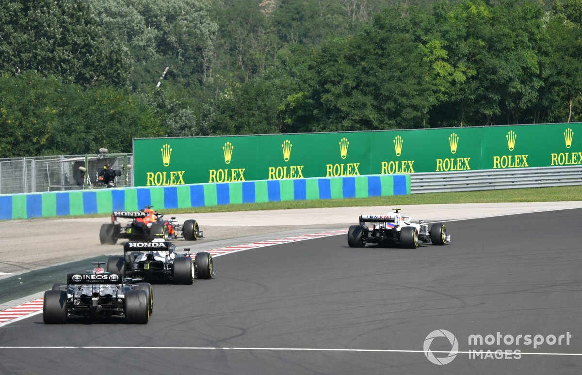 Mick Schumacher, Haas VF-21, Max Verstappen, Red Bull Racing RB16B, Pierre Gasly, AlphaTauri AT02, y Lewis Hamilton, Mercedes W12