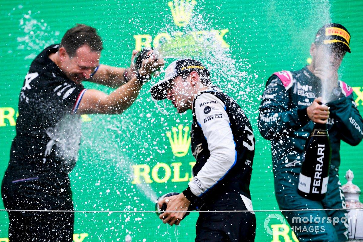 Podio: segundo lugar Sebastian Vettel, Aston Martin, Laurent Rossi, CEO Alpine F1, ganador Esteban Ocon, Alpine F1
