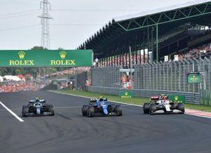 Esteban Ocon, Alpine A521, Sebastian Vettel, Aston Martin AMR21, alors qu'il prennent un tour à Antonio Giovinazzi, Alfa Romeo Racing C41