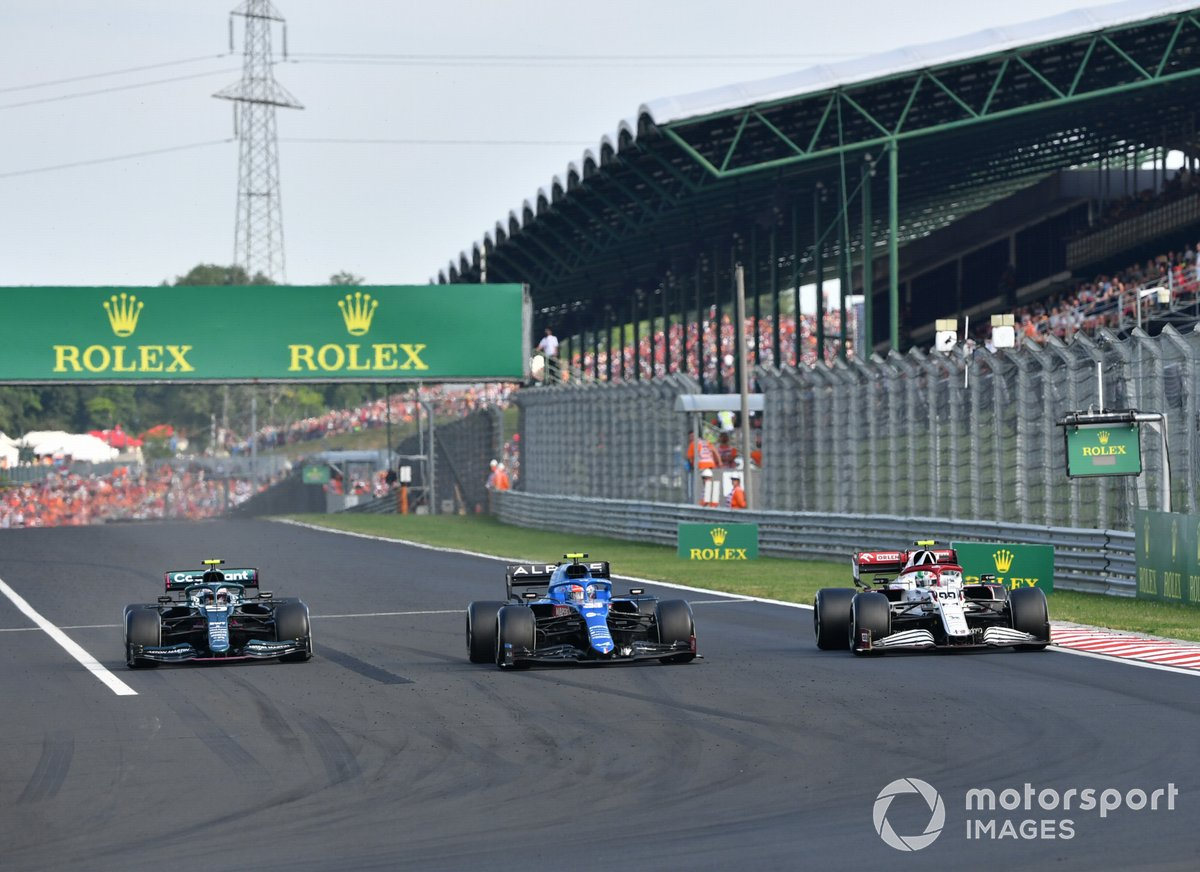 Esteban Ocon, Alpine A521, Sebastian Vettel, Aston Martin AMR21, mientras ponen una vuelta a Antonio Giovinazzi, Alfa Romeo Racing C41