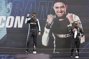 Podio: ganador Esteban Ocon, Alpine F1, tercer lugar Lewis Hamilton, Mercedes