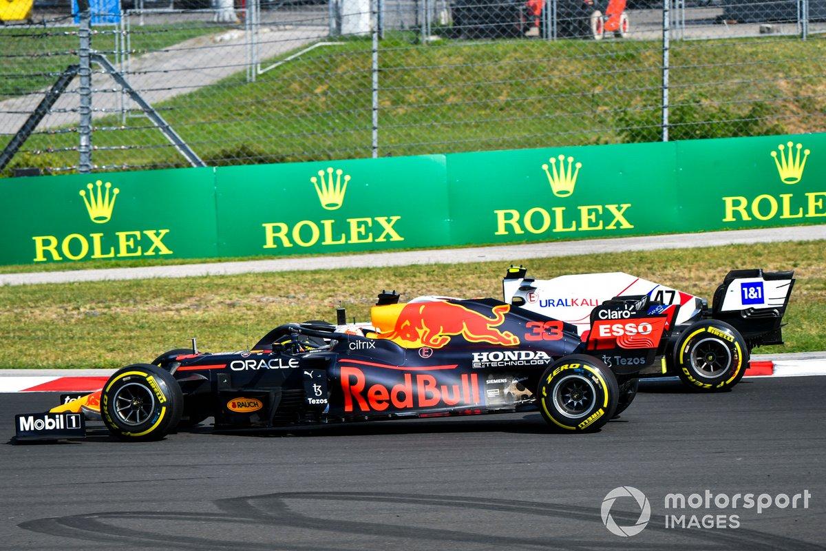 Max Verstappen, Red Bull Racing RB16B, pasa a Mick Schumacher, Haas VF-21