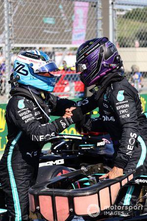 Valtteri Bottas, de Mercedes, felicita a Lewis Hamilton, de Mercedes, por conseguir la pole
