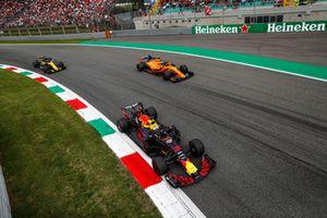 Daniel Ricciardo, Red Bull Racing RB14 Tag Heuer, Fernando Alonso, McLaren MCL33, and Nico Hulkenberg, Renault Sport F1 Team R.S. 18